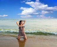 Frau auf dem Strand. lizenzfreie stockbilder