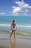 Frau auf dem Strand. lizenzfreies stockfoto