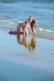 Frau auf dem Strand. stockbilder
