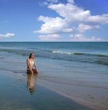 Frau auf dem Strand. stockbild