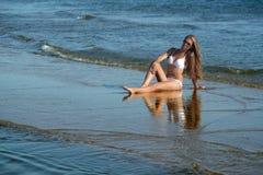 Frau auf dem Strand. lizenzfreie stockfotos