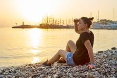 Frau auf dem Strand, der den Abstand untersucht Stockfotos