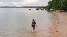 Frau auf dem Strand die Feiertage genießend stock video