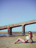 Frau auf dem Strand gegen das Meer Stockfotografie