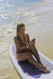 Frau auf dem texting Paddelvorstand Lizenzfreies Stockbild