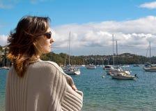 Frau auf dem Ufer Stockfotografie
