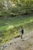 Frau auf dem Ufer von Radovna-Fluss in Vintgar-Schlucht Lizenzfreie Stockfotos