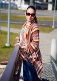 Frau auf dem Weg lizenzfreie stockfotografie