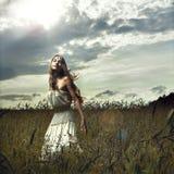 Frau auf dem Weizengebiet Stockfoto