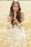Frau auf dem Weizengebiet Lizenzfreie Stockbilder