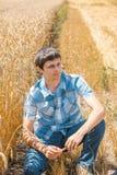 Frau auf dem Weizengebiet stockfotos