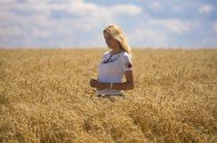 Frau auf dem Weizengebiet Lizenzfreies Stockfoto
