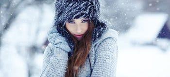 Frau auf dem Winterhintergrund stockfoto