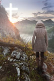 Frau auf den Berg, der Christian Cross betrachtet Lizenzfreie Stockbilder