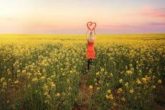 Frau auf den Canola-Gebieten im jungen Land NSW Lizenzfreie Stockbilder