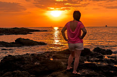 Frau auf den Felsen Lizenzfreie Stockfotografie