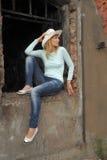 Frau auf den Ruinen Stockfotos