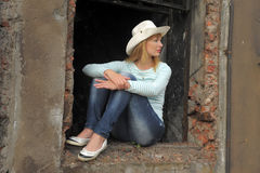 Frau auf den Ruinen Lizenzfreies Stockbild