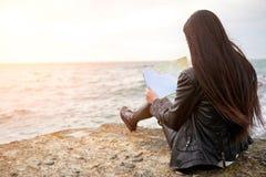 Frau auf der aufpassenden Karte des Piers Stockbild