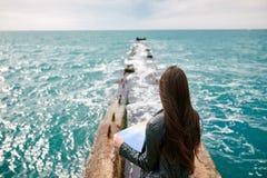 Frau auf der aufpassenden Karte des Piers Lizenzfreie Stockbilder