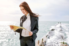 Frau auf der aufpassenden Karte des Piers Lizenzfreie Stockfotos