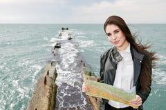Frau auf der aufpassenden Karte des Piers Stockbilder