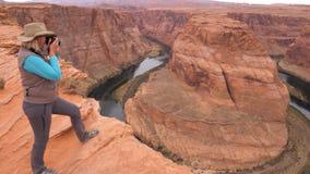 Frau auf der Aussichtsplattform, die Bild-Schlucht-Hufeisen den Colorado nimmt stock video