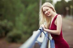 Frau auf der Brücke Stockfotografie