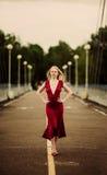 Frau auf der Brücke Lizenzfreie Stockfotografie