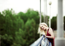 Frau auf der Brücke Stockfoto