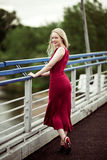 Frau auf der Brücke Stockbilder