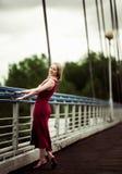 Frau auf der Brücke Stockfotos
