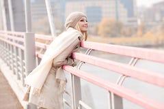 Frau auf der Brücke Lizenzfreie Stockbilder