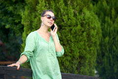 Frau auf der Brücke sprechend am Telefon lizenzfreie stockfotos