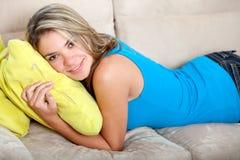 Frau auf der Couch Stockfoto