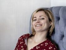 Frau auf der Couch im Raum stockbild