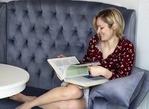 Frau auf der Couch im Raum stockfotos