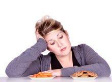 Frau auf der Diät, die Essenwahlen trifft Stockfotografie