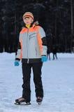 Frau auf der Eisbahn am Abend Stockfotos