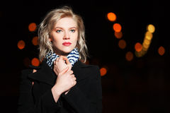 Frau auf der Nachtstadtstraße Lizenzfreie Stockbilder