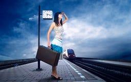 Frau auf der Plattform Stockfoto