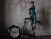 Frau auf der Treppe stockfoto