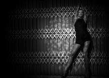 Frau auf dunklem Hintergrund Stockfotos