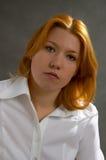 Frau auf dunklem Hintergrund Lizenzfreies Stockbild