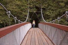 Frau auf Dynamicdehnungs-Brücke Lizenzfreie Stockfotos