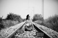 Frau auf einem Bahnretrostil mit einem Koffer Lizenzfreies Stockbild
