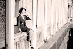 Frau auf einem Balkon stockfoto