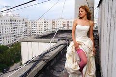 Frau auf einem Dach stockbild