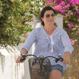 Frau auf einem Dreirad in Andros-Insel in Griechenland Ein Retro- szenisches stockfotos