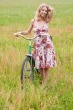 Frau auf einem Fahrrad stockbild